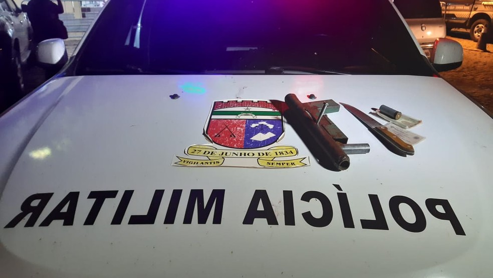 Polícia Militar encontrou arma artesanal, faca e munição em mochila que estava com um dos suspeitos — Foto: Divulgação/Polícia Militar