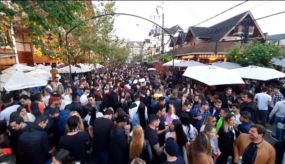 Campos do Jordão registrou aglomerações no Capivari no feriado de Corpus Christi — Foto: Peterson Grecco/ TV Vanguarda