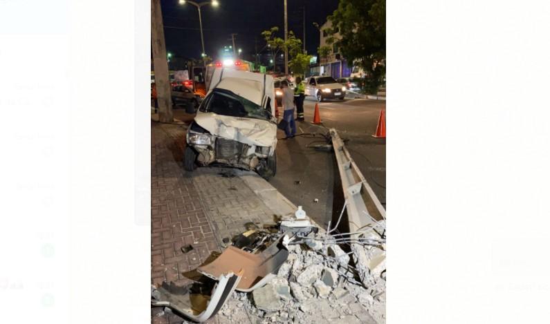 Motorista fica ferido após derrubar poste na Avenida Raul Barbosa, em Fortaleza