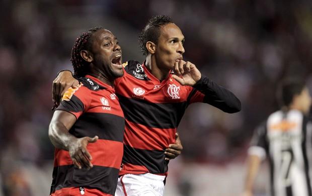 Vagner Love e Liedson gol Flamengo x Atlético-MG (Foto: Marcelo Theobald / O Globo)