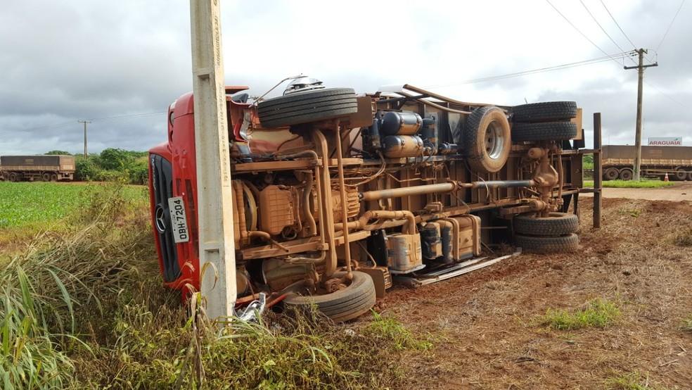 Carreta que transportava carga de carne tombou após colisão na BR-163 em MT (Foto: Lucas Torres/Portal Sorriso)
