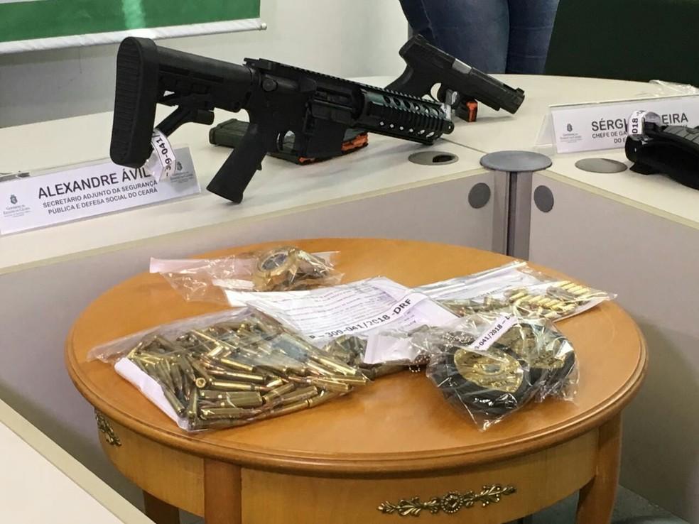 Os dois homens presos gravaram vídeo exibindo os distintivos policiais autênticos, assim como as armas de fogo.  (Foto: Wânyffer Monteiro/TV Verdes Mares)