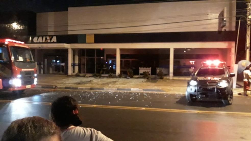Banco no bairro Alvorada foi alvo de ataque; bandidos usaram gasolina e coquetel molotov (Foto: Arquivo pessoal )