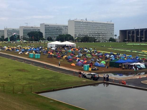 No gramado em frente ao Congresso Nacional, há um acampamento de manifestantes (Foto: Jéssica Nascimento/G1)