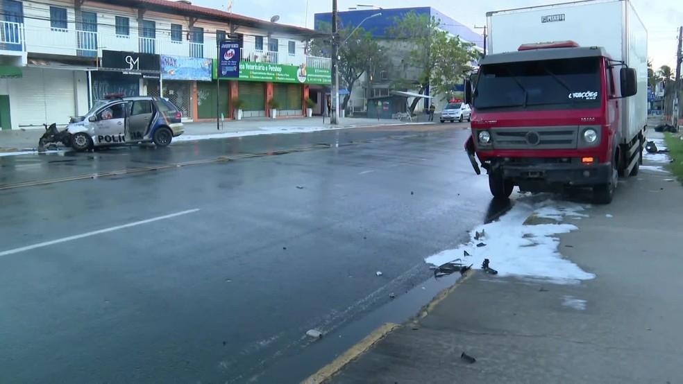 Caminhão envolvido no acidente registrado nesta quarta-feira (13) ficou estacionado do outro lado da via  — Foto: Reprodução/TV Globo