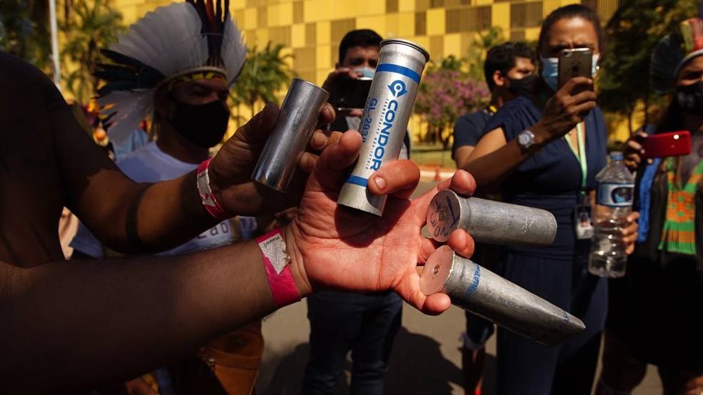 Indígenas mostram capsulas de armamento não letal usado contra os representantes das etnias, em confronto no DF — Foto: Andressa Zumpano/Articulação das Pastorais do Campo