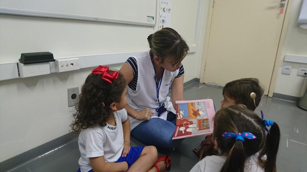 Júlia é acompanhada pela equipe multidisciplinar do Serviço de Educação eTerapia Ocupacional (Foto: Tiago de Moraes/G1 )