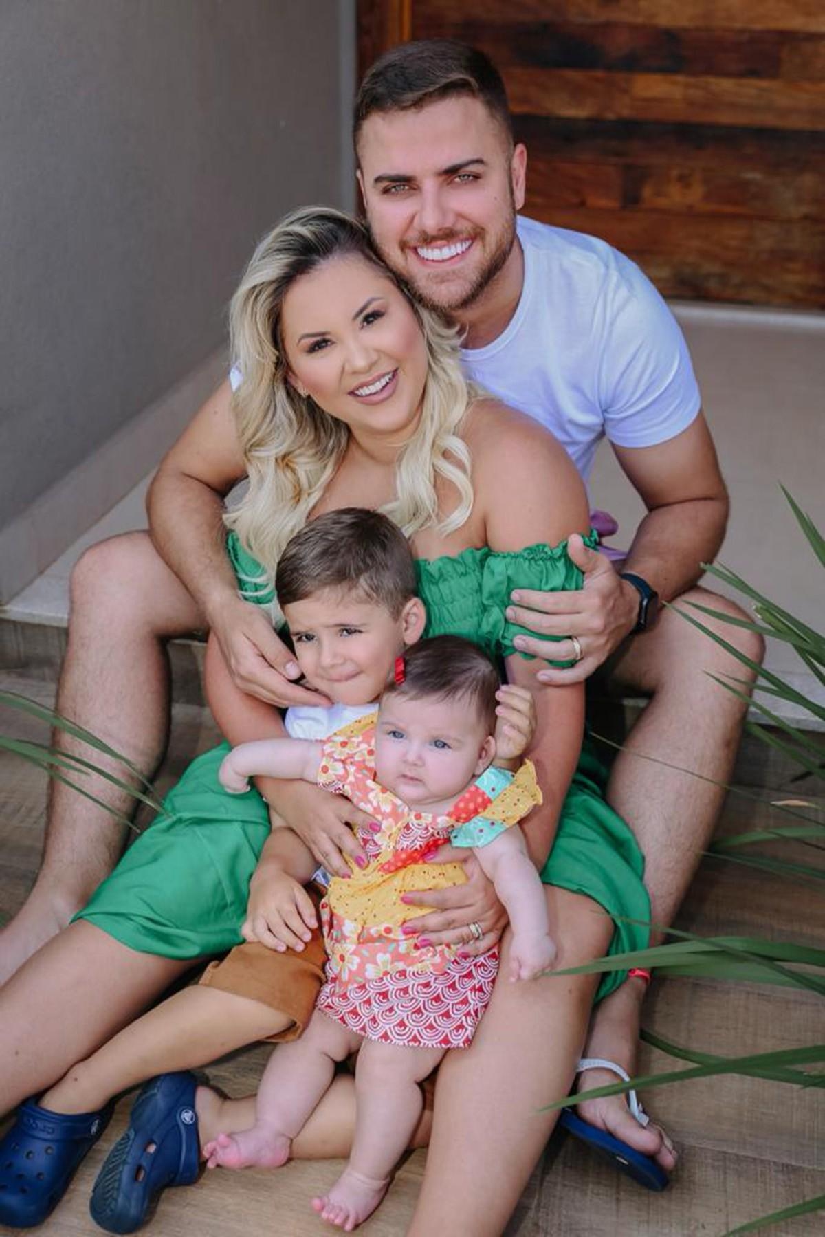 Zé Neto e Natália Toscano posam com filhos (Foto: Lívia Cardoso)