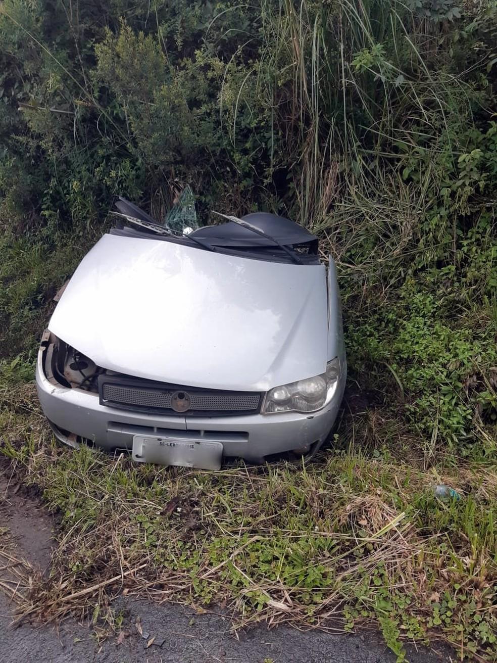 Carro partiu ao meio com o impacto — Foto: PRF/ Divulgação