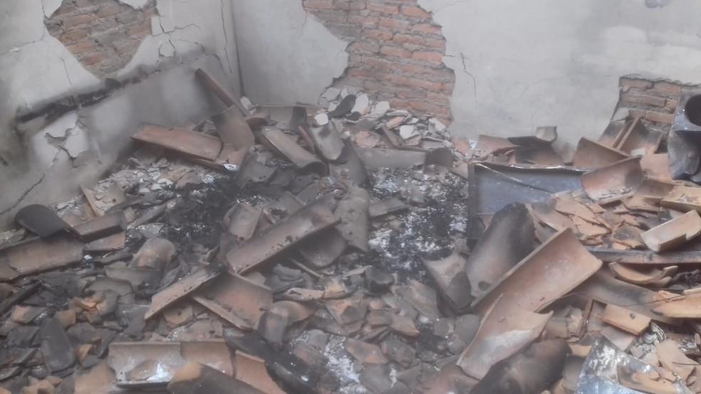Corpos de pai e filho foram carbonizados em quarto — Foto: Aurora Fernandes/TV Anhanguera