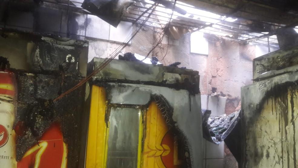 Fogo destruiu congeladores e teto do restaurante  (Foto: Wellington Virgínio/Corpo de Bombeiros)