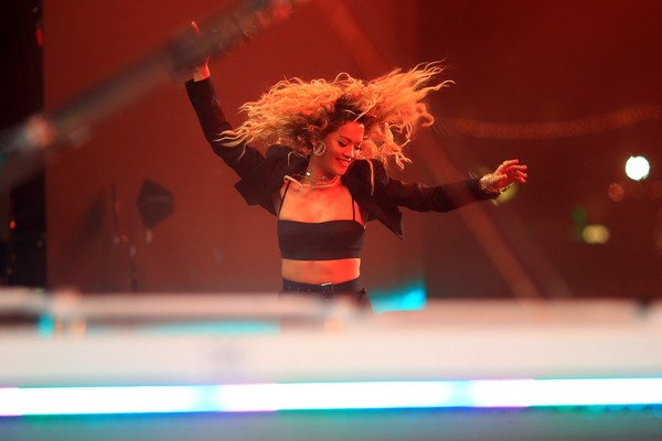 Rita Ora durante apresentação no festival Coachella (Foto: Getty Images)