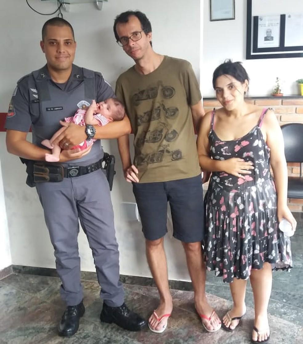O policial com a bebê e os pais da criança em Bragança Paulista — Foto: Arquivo Pessoal