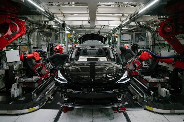 Model 3 da Tesla sendo finalizado na fábrica da montadora, na Califórnia (Foto: Getty Images)