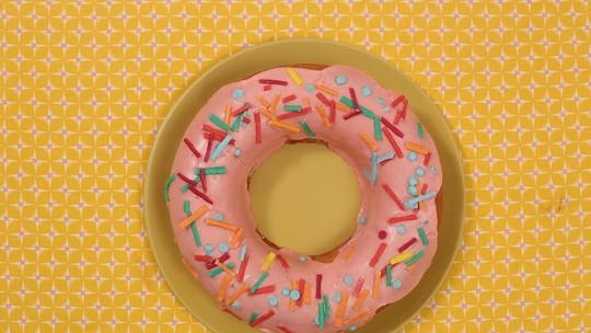 Bolo donutão de limão com granulado
