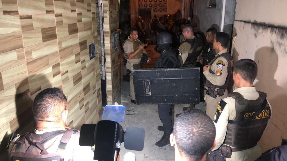 Homens armados fazem reféns em casa no bairro de Santa Cruz, em Salvador, em 4 de abril de 2019 — Foto: Vanderson Nascimento/ TV Bahia