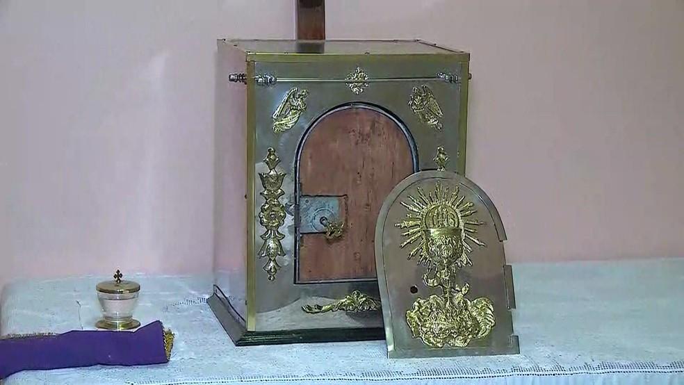 Bandido tentou abrir sacrário de paróquia do Recife, mas não conseguiu ter acesso às óstias consagradas — Foto: Reprodução/TV Globo