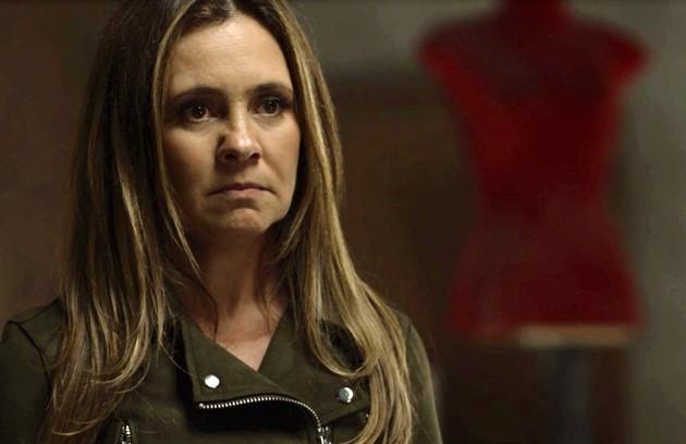 Depois de sequestrar o filho de Rosa (Leticia Colin), Laureta (Adriana Esteves) será presa. Na cadeia, a vilã terá mordomias: receberá uísque e uma quentinha de salada de lagosta (Foto: TV Globo)