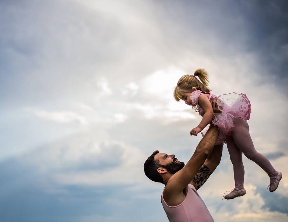 Pai e filha se divertem durante ensaio fotográfico (Foto: Cassio Claro/Arquivo Pessoal)