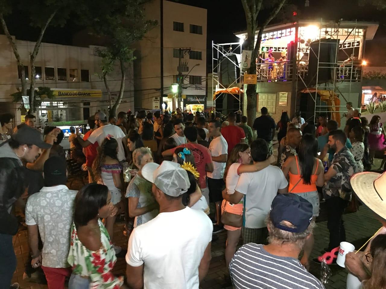Desfile de blocos e shows agitam o carnaval de Guanhães