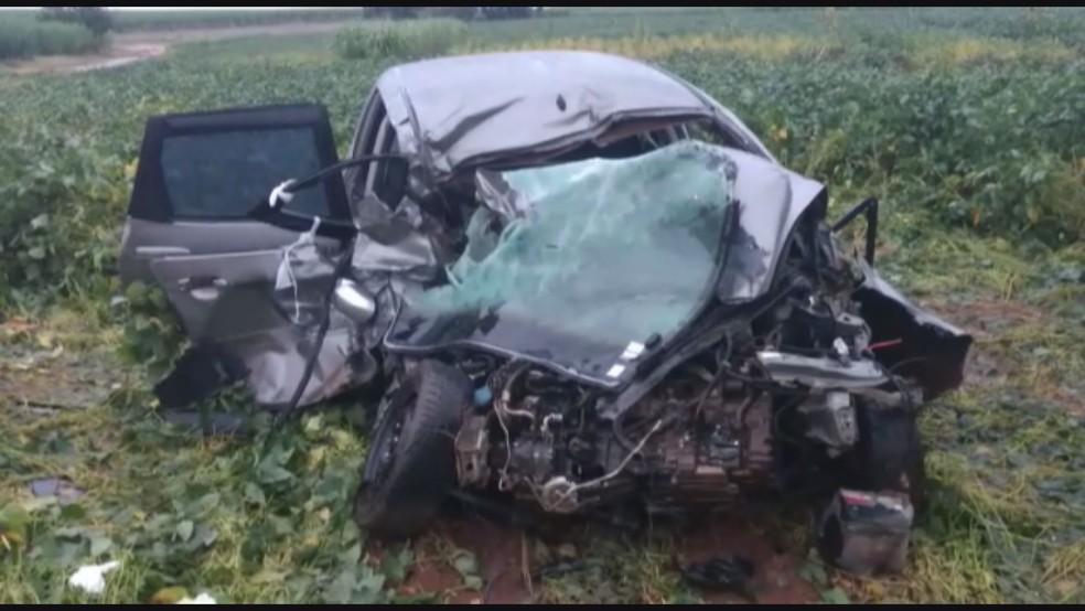 Carro fica destruído depois de acidente em rodovia que liga Jeriquara, SP, a Ituverava, SP (Foto: Edson Arantes/GCN)