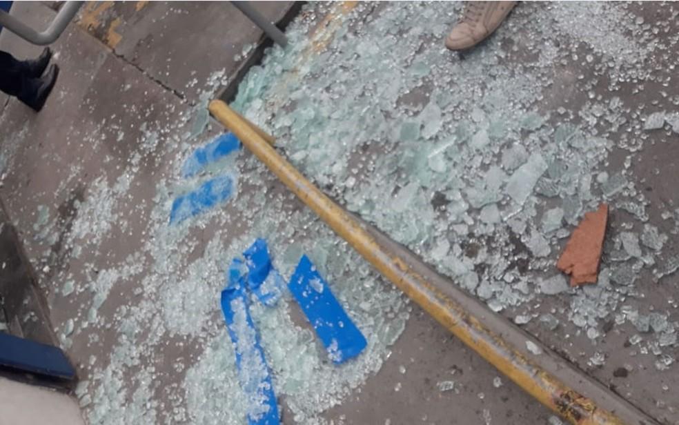 Caixas de agência destruídas em Salvador após ação de assaltantes — Foto: Andrea Silva/TV Bahia