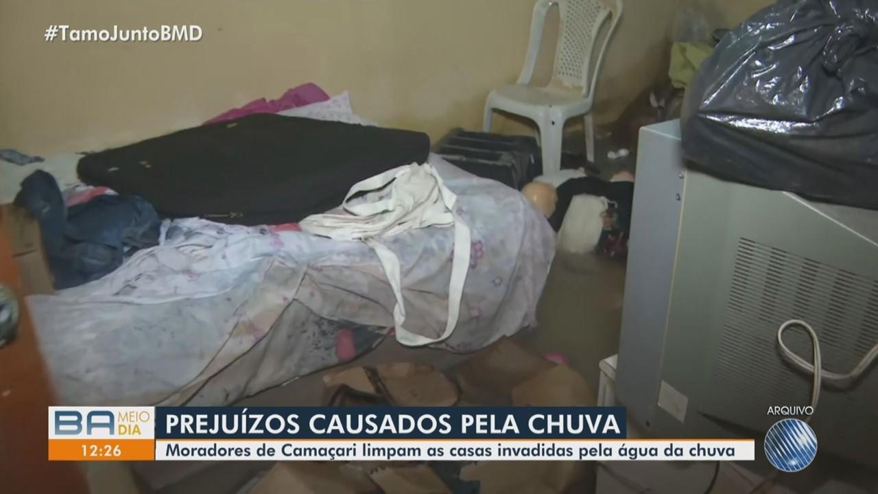 Moradores de Camaçari limpam casas após prejuízos causados pelas chuvas