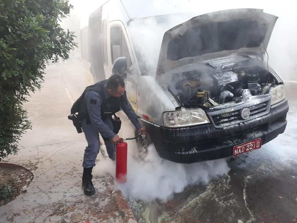 Van escolar com 10 alunos pega fogo em Cuiabá, PM apaga incêndio e salva crianças — Foto: Polícia Militar de Mato Grosso/Assessoria