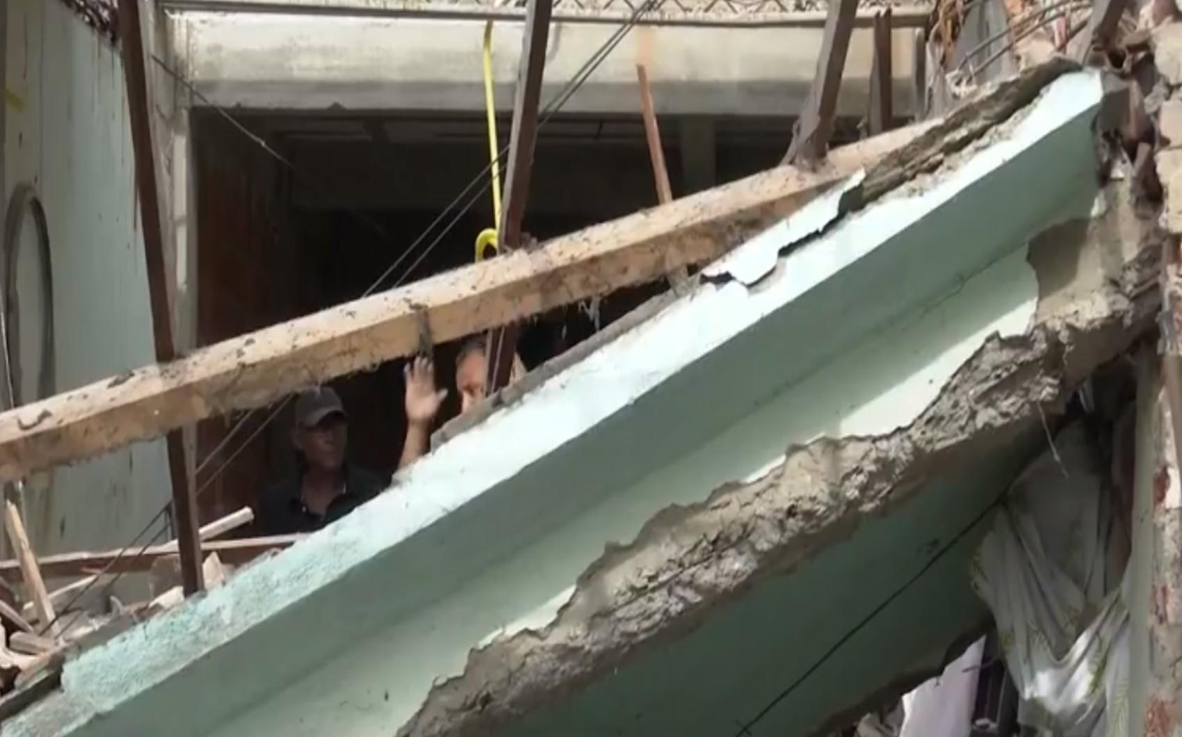Homem fica sob escombros após estrutura do telhado de imóvel desabar em Itabuna, no sul da Bahia