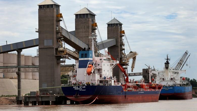 Terminal de grãos em porto no rio Paraná, perto de Rosario, Argentina (Foto: Marcos Brindicci/Reuters)