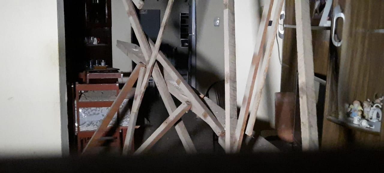 Parte do telhado de residência desaba sobre casal de idosos em Orós, no interior do Ceará