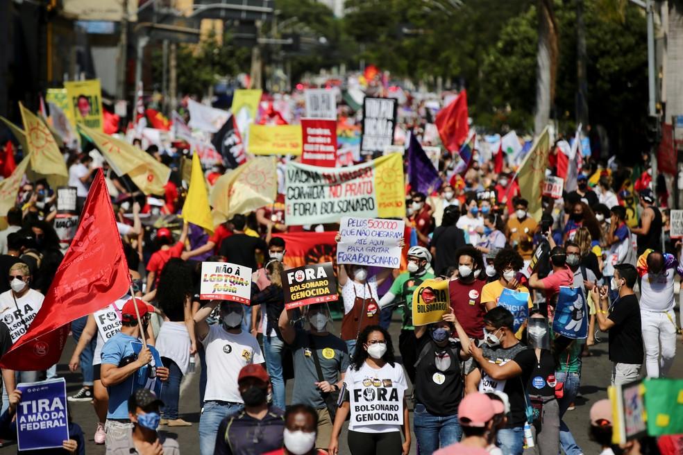 Manifestantes contra Bolsonaro vão às ruas em Goiânia neste sábado (19). — Foto: Diego Vara/Reuters