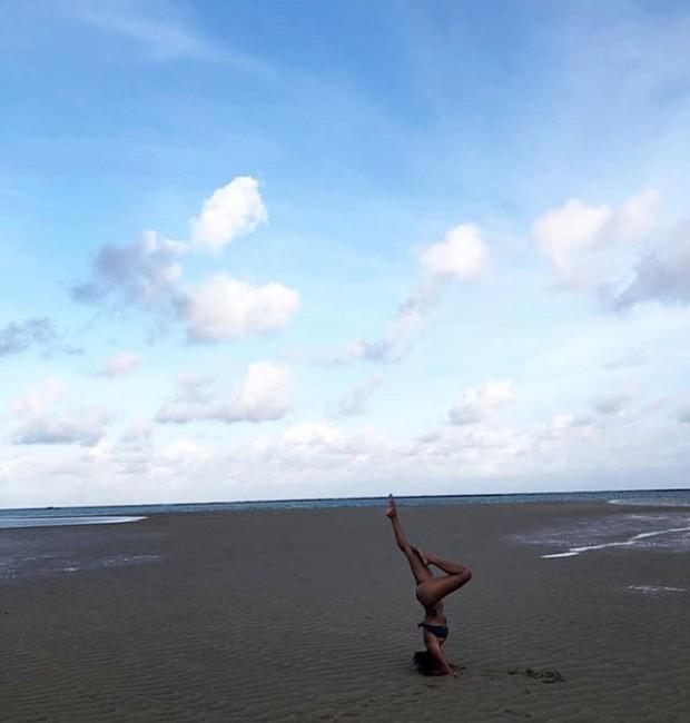 Sheron Menezes pratica posição e yoga na praia (Foto: Instagram/ Reprodução)