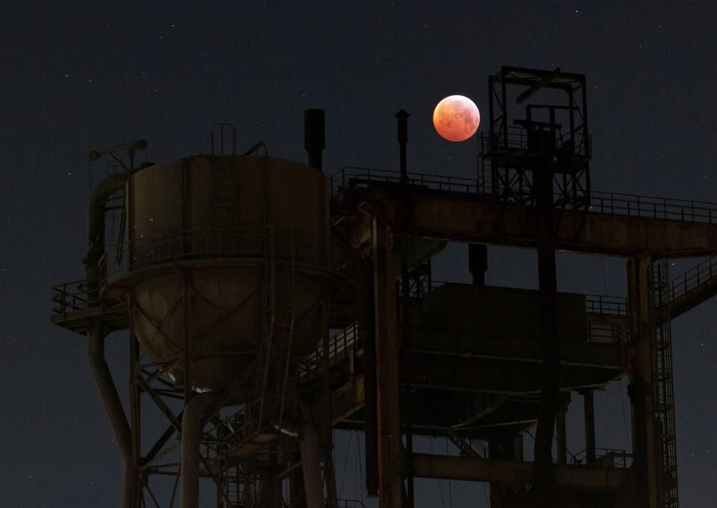 Eclipse lunar visto de Dortmund, na Alemanha — Foto: Reuters