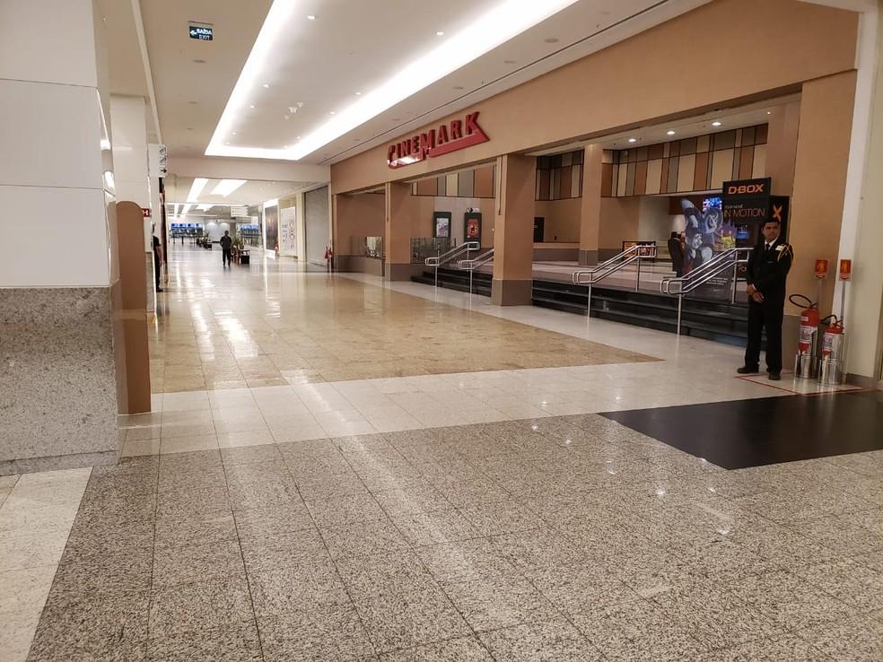 Shopping Midway Mall, em Natal, com os corredores vazios coronavírus — Foto: Bruno Vital/G1
