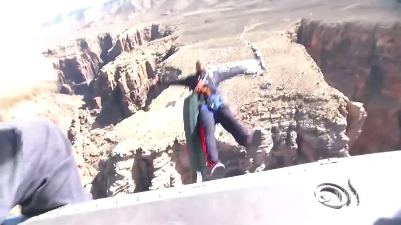 O ator Will Smith em seguida ao seu salto de um helicóptero (Foto: YouTube)