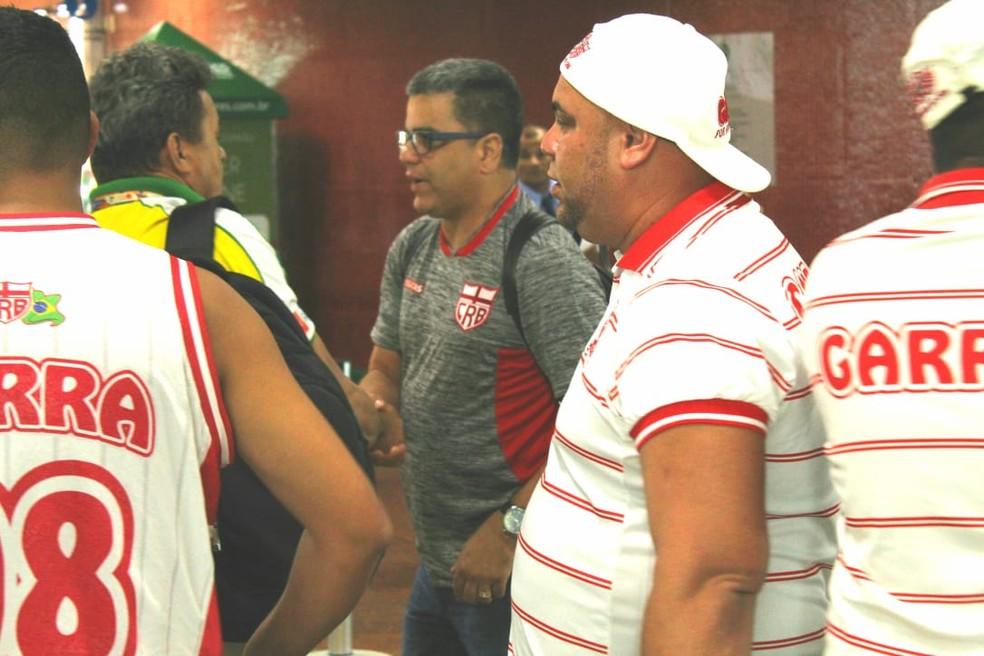 Torcedores cercaram o técnico Marcelo Cabo no aeroporto — Foto: Mac Cavalcante/ GloboEsporte.com