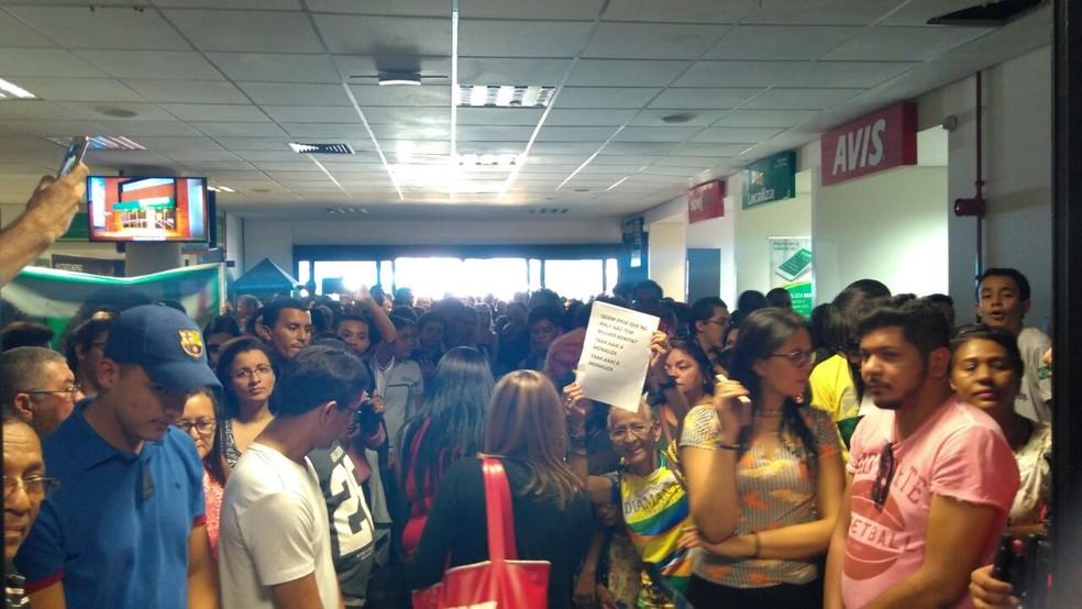 Multidão foi ao aeroporto da capital acompanhar a chegada da miss. (Foto: Carlos Rocha/G1)