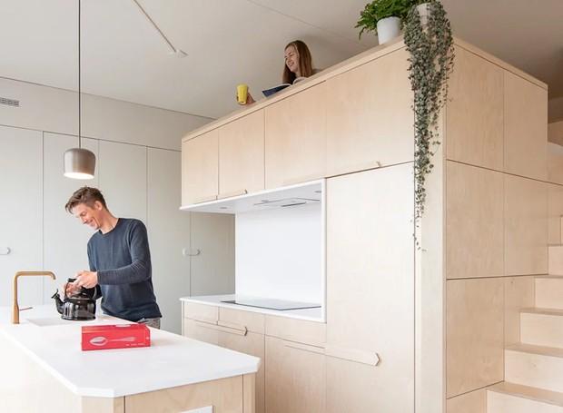 O apartamento aproveita os seus 45 metros quadrados, de forma que o quarto de casal ganha privacidade por ser instalado nas alturas, sobre a cozinha (Foto: Tim Stet & Leonard Faustle/ Designboom/ Reprodução)