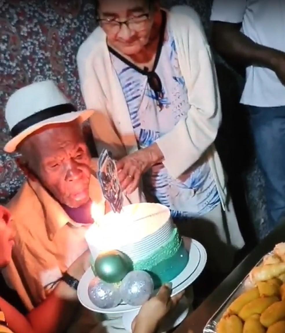 Seu Dih festeja os 121 anos ao lado da esposa e da família — Foto: Arquivo Pessoal