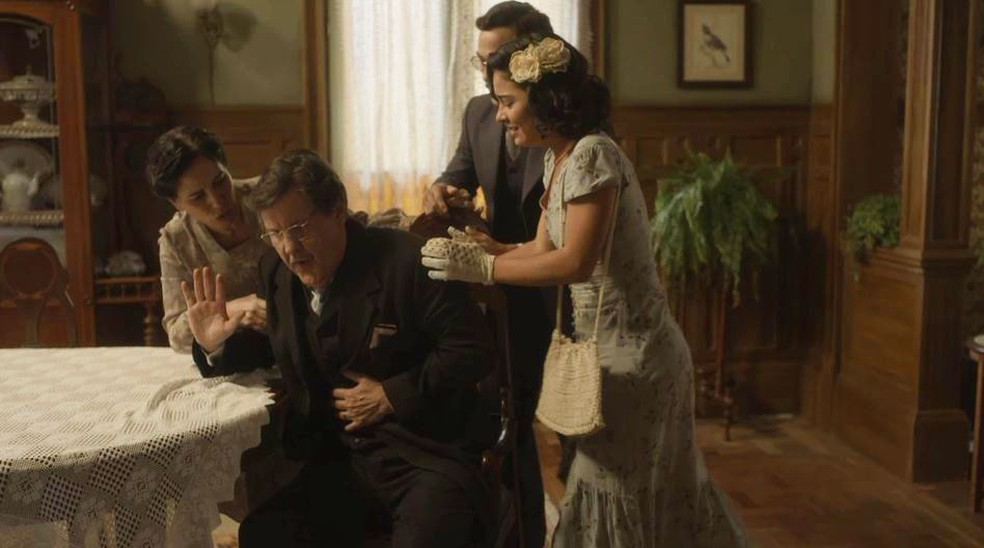 Júlio (Antonio Calloni) sente forte dor no estômago e preocupa Lola (Gloria Pires), Isabel (Giullia Buscacio) e Julinho (André Luiz Frambach) — Foto: Globo