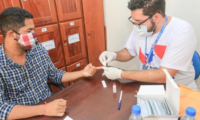 Homem realiza teste de coronavírus no Pará