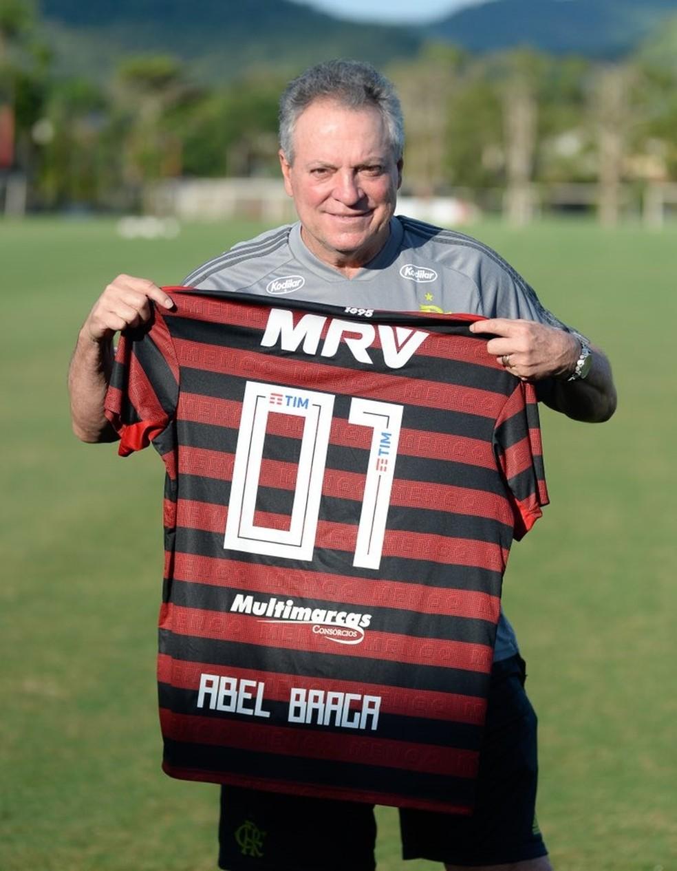 Técnico recebeu de Rhodolfo a camisa usada na comemoração da Taça Rio — Foto: Alexandre Vidal/Flamengo