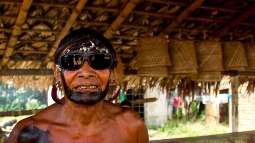 Ancião que trocou óculos escuros por flechas com um dos pesquisadores (Foto: BBC)