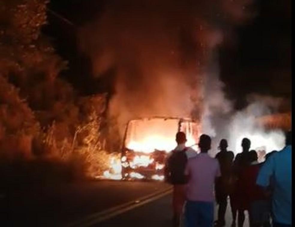 Passageiros ficaram em estrada durante incêndio em topique. — Foto: Reprodução