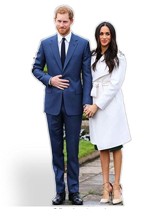 Displays em tamanho real do príncipe Harry e de Meghan Markle: ele tem 1,86 metros e ela 1,71 metros (Foto: Reprodução)