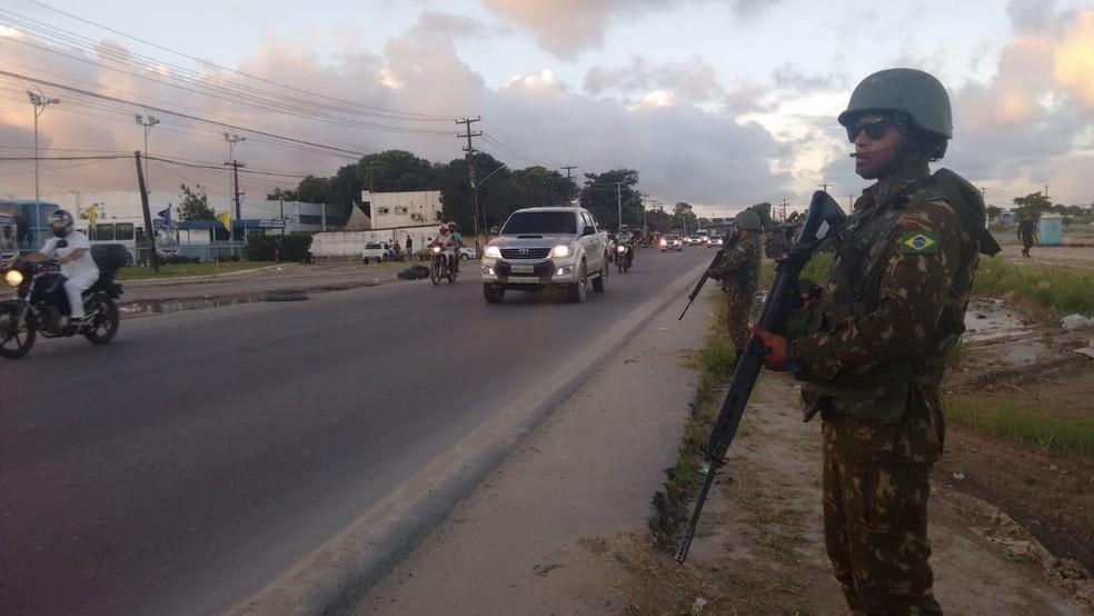 Soldados do Exército ocupam canteiro da BR-101, no Grande Recife, após retirar caminhões que estavam no local (Foto: Leonardo Cruz/TV Globo)