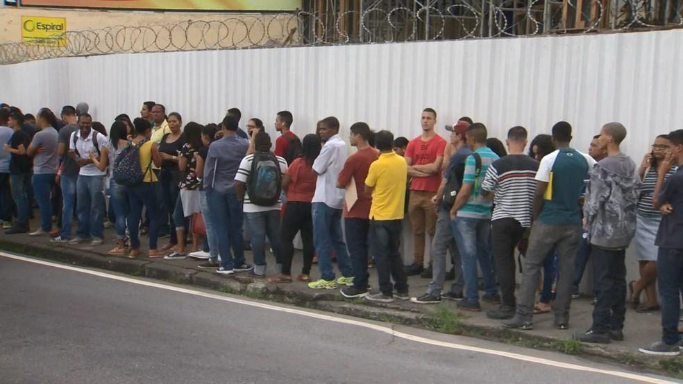 Filade trabalhadores  em busca de emprego, em Vitória  — Foto: Fabrício Christ/ TV Gazeta