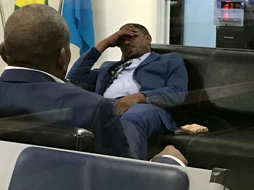 Integrante da comitiva da Guiné Equatorial aguarda para prestar esclarecimento em posto da PF em Viracopos — Foto: Daniel Mafra/EPTV