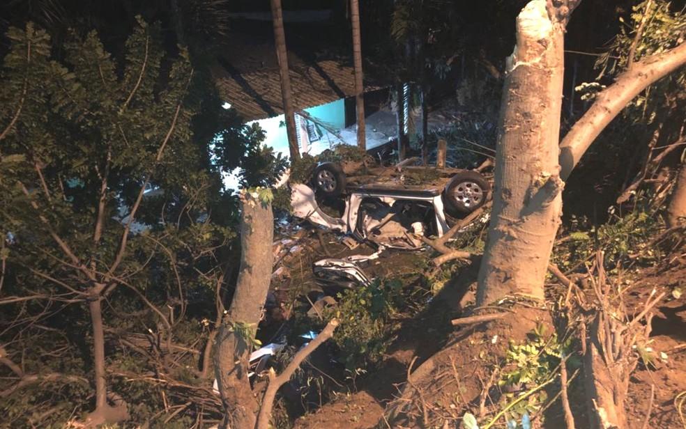 Caminhonete conduzida por motorista bêbado capota, cai em ribanceira, mata duas jovens e deixa uma ferida — Foto: Polícia Civil/Divulgação